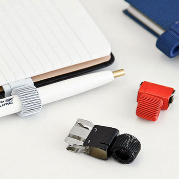 クリップ式のペンホルダー。使いたいページに挟んでおけるから、いつでもサッと記入できます♪