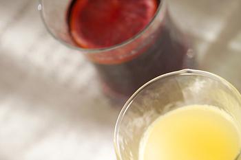 白ワインを使うと、あっさりとさわやかな味に仕上がります。白と赤、それぞれのワインの味に合わせて入れるフルーツに工夫を加えれば、自分だけのアレンジを楽しめそうです。