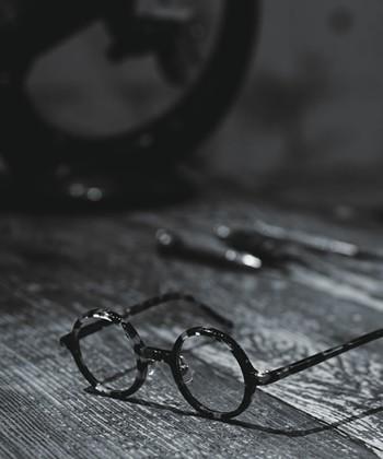 白山眼鏡店のルーツは、1883年に人形町で創業した白山眼鏡店(しらやまめがねてん)から始まりました。1946年に、現在の白山眼鏡店(はくさんがんきょうてん)として上野で誕生し、現在では、東京(渋谷・上野・自由が丘・吉祥寺)、大阪(梅田)に合計5つの店舗を展開している眼鏡の老舗店です。