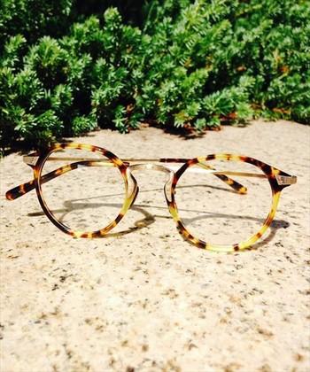 大胆なフォックススタイルの眼鏡は、クラシックなデザインが女性らしさを演出してくれます♪
