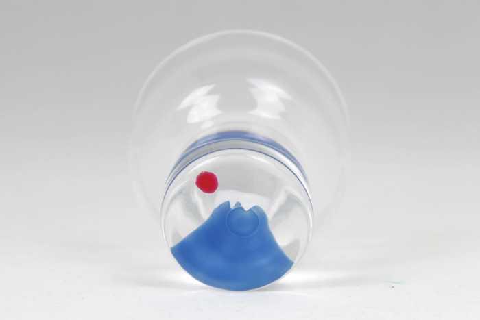 グラスの底に描かれた富士山。おめでたい席にも似合います。