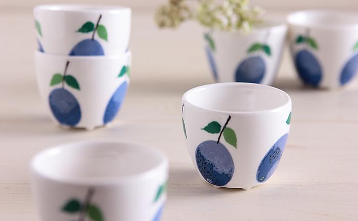 スウェーデンでつくられた、復刻版デザインのエッグカップ。レトロなプルーン模様がテーブルを華やかにしてくれます。