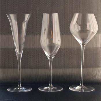 まるでワイングラスのようですが、3つとも日本酒用グラスです。左の「KAORI」は大吟醸・吟醸酒に。真ん中の「UMAKUCHI」は古酒や熟成酒に。右の「KARAKUCHI」は純米酒を飲むのに適しています。  こちらのグラスは、生涯補償付きで、使った年月や破損理由に関わらず交換できます。