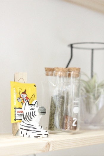 CDやメモなどを挟むシマウマのスタンド。紅茶のパックや入浴剤を飾ったらもっと良いかも。