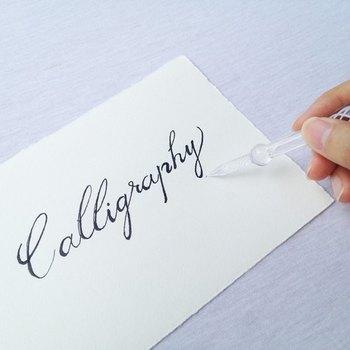 あまり力を入れずにペンを寝かせるようにして書いていきましょう。 書き心地はゴリゴリした感じ。 万年筆のように滑らかにすべらないですが、見た目の美しさとお手入れの手軽さがガラスペンの魅力なんです。