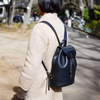 女性が背負ってちょうど良いミニリュック。 昼下がりの公園でお散歩、といったシチュエーションにもぴったりです。