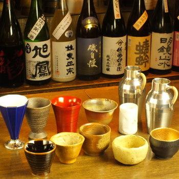 器の形もお酒の香りや味わいに影響を与えます。口径が広く、下がすぼまるタイプならお酒の香りやスッキリとした味わいを引き立たせます。口径よりも下が広いころんとしたフォルムの形に注げば、お酒の旨みを引き出してくれるので、特に熱燗などにおすすめですよ。