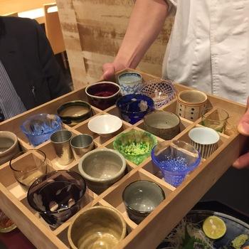酒器の材質について、ガラスや金属は口当たりが冷たく、陶器は温かく感じられます。塗物は陶器よりもさらに温かく、磁器はその中間くらい。また、厚みも口当たりに大きく影響するそうです。