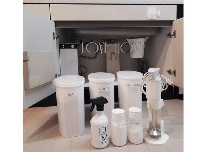 保存容器「ライスストッカー」(容量:5kg)は、同じものが3つ。お米・麺類・保存容器に入りきらなかった調味料の仮置場に。 手前左から、除菌剤、重曹、クエン酸、ハンディブレンダー。