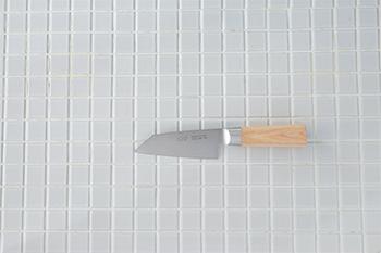 果物の皮むきに使いやすい、刃渡り93mmという小さなサイズの剥物。刃先が斜めに切り落とされているので、野菜や果物の飾り切りなどに最適です。