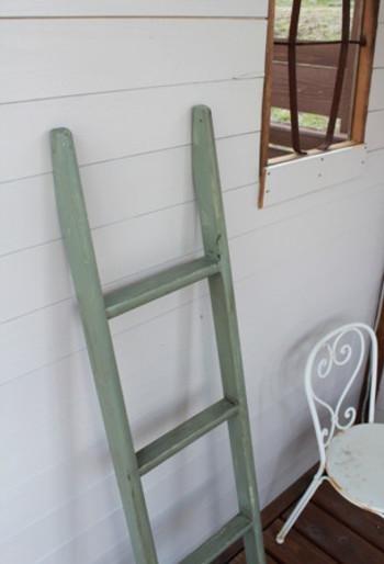 使わなくなった2段ベッドのはしごを、リメイクしたラダーラック。味がある仕上がりですね。