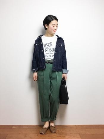ラウンドネックの定番といえばロゴTシャツ。センタープレスのきれいめパンツと合わせて。デニムジャケットは肩をはずして軽く羽織るのが、抜け感を出すポイントです。