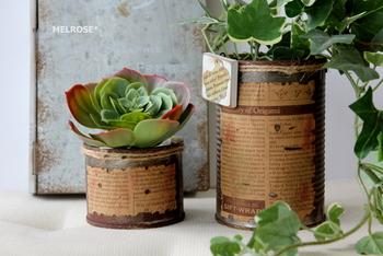 コーヒー染めした英字柄のラベルを錆びた缶に貼り付けると、味のあるアンティーク缶の出来上がり♪ 観葉植物や多肉植物との相性がバツグンです。