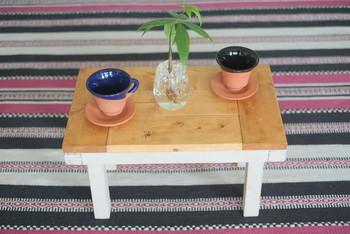 木材までコーヒー染めできるんです!天板×オフホワイトの脚のツートンカラーが可愛いテーブル。DIYにもチャレンジしてみたくなる作品ですね!