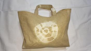 こちらは、コーヒーの絞り染めを施したトートバッグです。滲み具合に味わい深さを感じます。