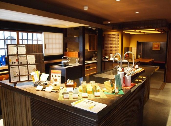 京都市中京区の寺町通りにある本店、東京丸の内にある路面店は、喫茶室も併設しています。テイクアウトもできるので、歩きながらコーヒーではなくお茶を楽しめますよ。