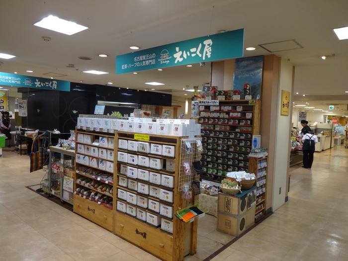 名古屋にのみ実店舗を持つ紅茶店「えいこく屋」。昭和54年に創業した、歴史あるお茶とスパイスの輸入店です。喫茶だけでなく、併設された本格派インド料理店も有名。インド・スリランカ・ヨーロッパの各地から集めたお茶を販売しています。インターネットでも購入できますが、実店舗に足を運んでみたくなるお店です。