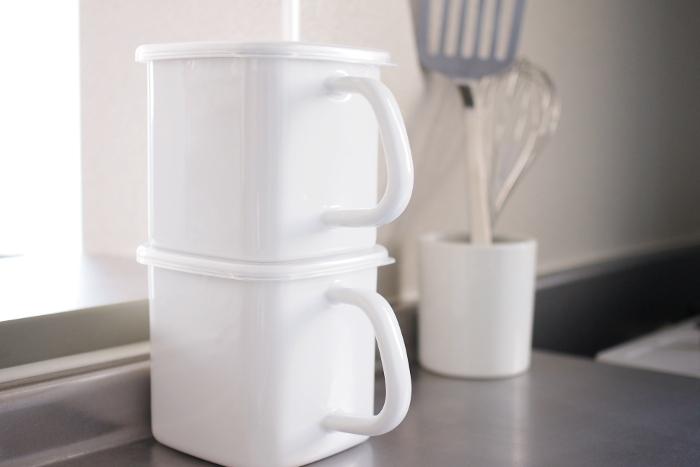 《手持ち付ストッカー角型》  手持ち付きは、砂糖や塩を入れるのに便利。キッチンに置いても素敵な形。