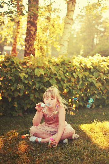 子供と一緒に公園でシャボン玉♪  幸せなひと時ですよね。