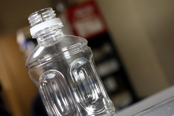 身近なペットボトルで大きなシャボン玉も♪底の部分を切って、シャボン液につけて吹くだけ♪ 間違えて飲まないように注意しましょうね。