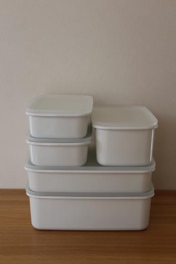 無印良品の保存容器の使い勝手の良いところは、このサイズ感。  大きさや深さが違うものでも、美しくスタッキングできるので、冷蔵庫やキッチンがすっきりと整理できます。