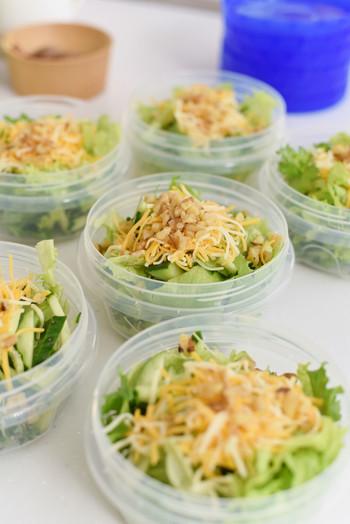 サラダやフルーツなど小分けにして冷蔵庫に入れておけば、ばらばらの時間に食事を摂る家族にもわかりやすく、食べやすいものです。