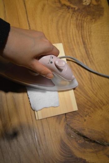 ①まず、傷の周辺をサンドペーパーで少し削ります。 ②表面が削れたら、そこに水を適量かけます。そしてそのまま30分ほど放置します。 ③水をふき取り、傷部分に濡れタオルを置き、そのタオルの上から熱したアイロンを当てます。