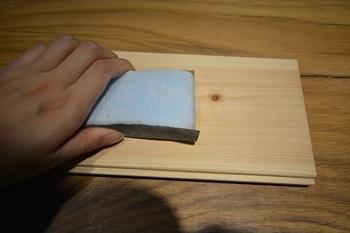 無垢材は、傷がついてしまっても削ってまたきれいな部分を出すことも出来ます。 木の床を鉋で削る作業は、専門業者さんにお願いするのが無難ですね。
