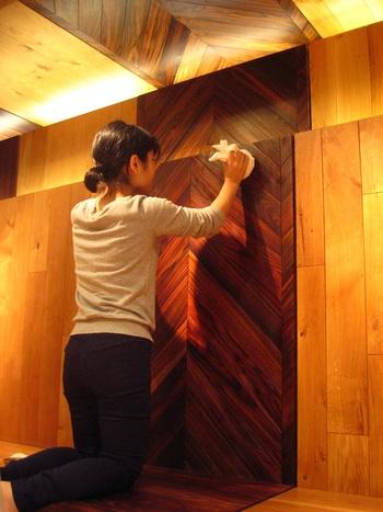 オイルなどを使った自然塗装の場合は、木の表面から内部に塗料を染みこませ、表面に塗膜を作りません。そのため、水拭きを行なうと染みになる可能性もあるので、履き掃除の後は、乾拭きもしくは固く水気を絞ったウエスなどで拭く程度にします。