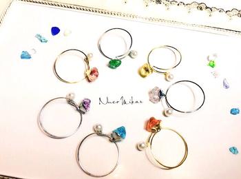 憧れの天然石のリングは、淡いカラーが素敵。手元に一粒あるとシンプルな服に映えそうです。