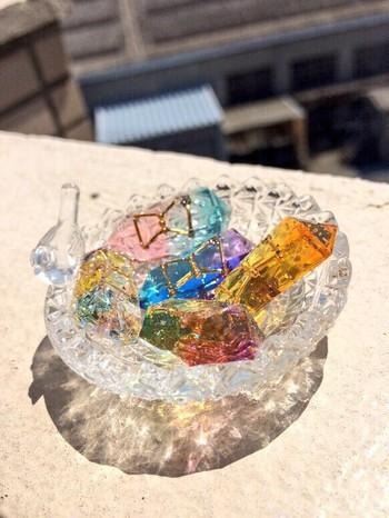 鉱物風レジンの作り方と材料、魅力的な作品の数々をご紹介しました。 初めは少し難しく感じるかもしれませんが、慣れてくると何個でも作りたくなってしまう不思議なアイテムではないでしょうか。色や形だけでなく、小物をうまく使ってデコレーションしたりと、鉱物風レジンの可能性は無限大です。 世界にひとつだけの鉱物風レジンを、あなたも作ってみませんか?