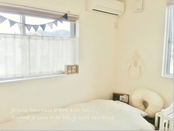 出窓やドアの窓飾りなどの目隠しや装飾目的で使うことが多く、通常は開閉しないことが多い装飾用カーテンです。