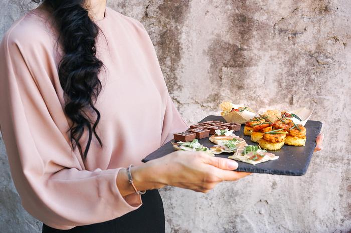 カナッペ、ブルスケッタ、タルティーヌといった、パンの上に色々な具材をのせたおつまみもバリエーションの豊富さと食べやすさで人気です。