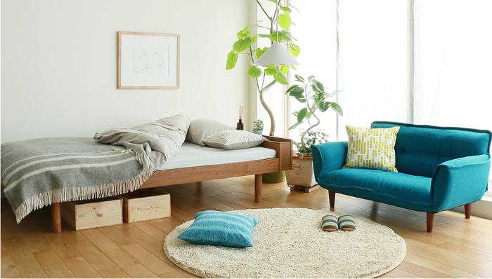 大き目のベッドとソファーを置いても、広いスペースで生活を満喫できる広さのワンルーム。 ナチュラルな色合いの中に鮮やかなブルーがアクセントになっていてオシャレ。落ち着いて過ごせそうなお部屋です。