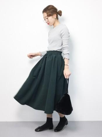 ミモレ丈のフレアスカートには、同系色のソックスとバレエシューズを合わせてこなれ感と爽やかさを演出しましょう。足元が軽やかに見えるのでスタイルも良く見えます。