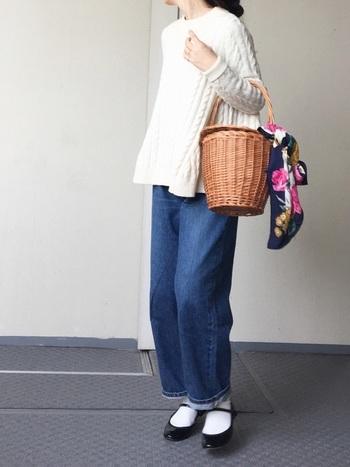 エナメル素材のバレエシューズのストラップタイプのものは、履き心地も良く安定感もあります。スカート以外にも白いソックスを合わせればカジュアルダウンした今風のコーディネートが完成します。このシューズは流行のカゴバックとの相性もばっちり!