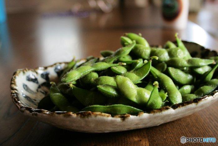 ビールのおつまみの定番と言えば枝豆。未成熟で青い大豆を収穫したもので、6月~9月が旬の野菜です。その種類は400種類以上もあります。