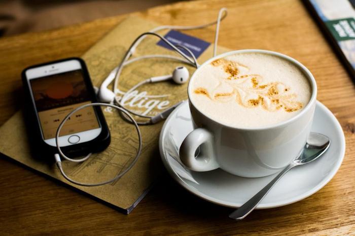 アレンジコーヒーなら苦味を和らげて、デザート感覚でいただけるものもいっぱい♪お家にいながらカフェで味わうようなアレンジレシピとコーヒーを使ったスイーツをご紹介します。意外と簡単にできるので、ぜひご活用ください。