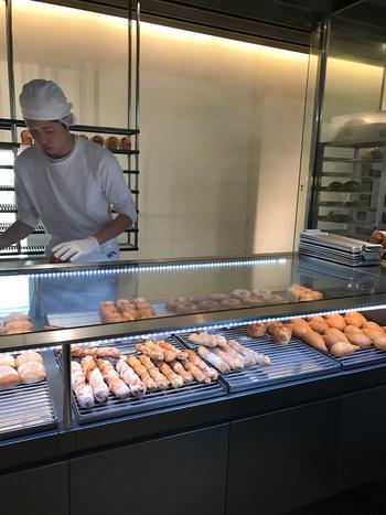 ここでは自分でトレイに乗せてパンを選ぶということはしないんです。店員さんがお客さんについてくれてパンを選んでくれるというとても新しいスタイルのパン屋さんなんです。