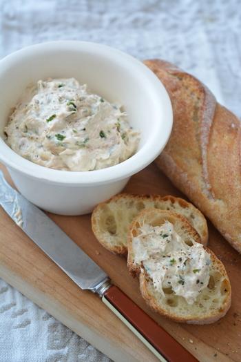 クリームチーズにツナやガーリックなどを混ぜるだけでワインのお供が完成します。パンだけではなくクラッカーやトルティーヤチップスなどにつけても、美味しく召し上がれます。