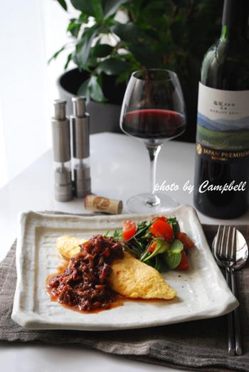 赤ワインにぴったりの牛肉を、赤ワインとホールトマト、醤油・みりん・三温糖と和の調味で煮込めば、和洋どちらの料理にも合うソースに♪いつものオムレツも、牛肉の赤ワイン煮を添えればおもてなし料理に変身します。