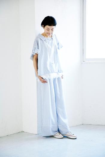事務所の新年会用に買った「sacai(サカイ)」のセットアップは、おしゃれ着として。 フリルやレースでドレッシーな雰囲気がありつつ、デザインは襟やパンツの裾のパイピングがパジャマのようなディテール。まさにこのブランドらしいミックス感のあるセットアップにコンバースのハイカットを合わせて肩の力が抜けた雰囲気に。