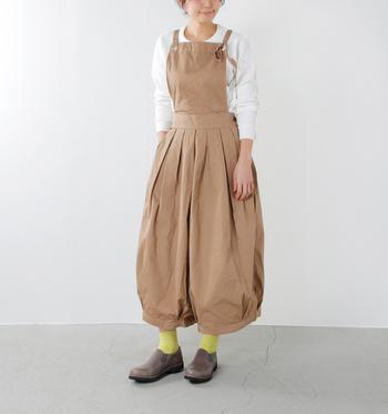 ウエストにタックが入ったサロペットタイプのキュロットパンツ。バルーンスカートのような、女性らしいふんわりとしたシルエットです。