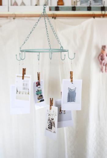 プリントした写真をウッドピンチで挟んで吊るせば、写真がそのままモビール風になります。あえて余白を残してプリントすれば、グッとおしゃれに見えますよ。