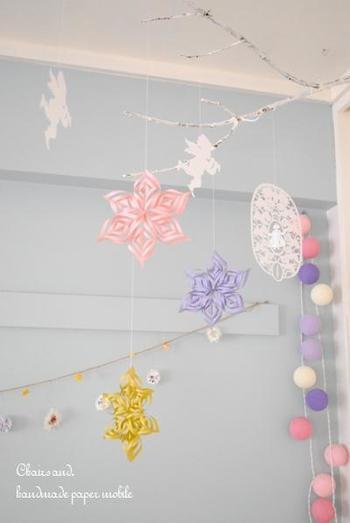 冬にぴったりな作品ですね。拾ってきた枝を、雪が降り積もっているように白くペイントして使うのもマネしたいアイデア。
