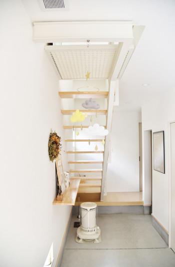 こちらは手づくりではありませんが、階段裏のスペースにモビールを飾っています。フェルトであたたかみのある雲のモビールです。