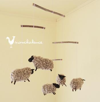毛糸やフェルトでできた、もこもこした羊が可愛いモビールです。子ども部屋にもぴったりですね。