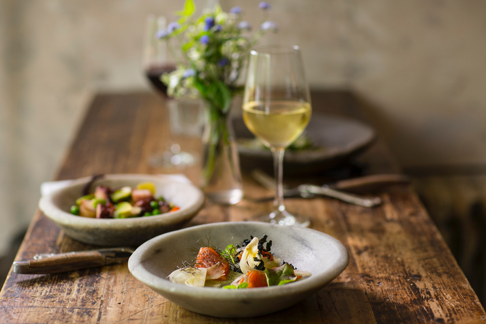 白ワインには魚介やお野菜を使った、比較的淡白な味付けのものを中心にご紹介します♪必ずしも白!というわけでなく、お好みによって赤やロゼ、スパークリングワインなどが合う場合もあるので、飲み比べてみてくださいね。