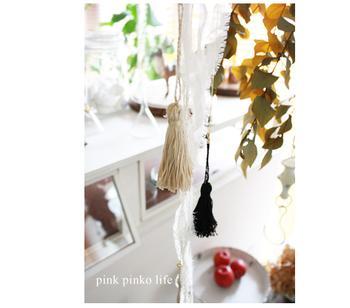 糸でタッセルを作ってモビールに。リボンなども一緒に吊るすと華やかになります。