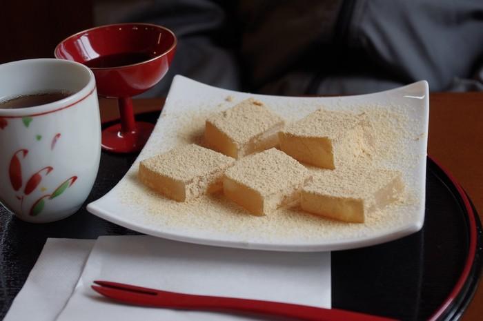手作り甘味は種類多く、わらび餅やぜんざい、みたらし団子や白玉等、実に豊富。飲み物は、一保堂茶舗の抹茶や、丹波篠山産の黒豆を使った黒豆ミルク等。食事なら、「森嘉」の豆腐を使った湯どうふ定食「嵯峨の味覚せっと」や「茶そば」がお勧め。 【画像は、「わらび餅」。】